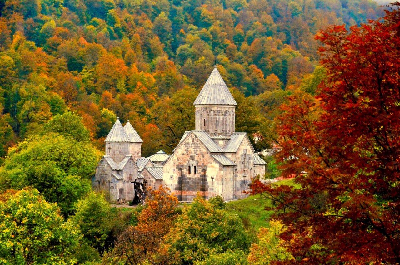 12d8f089 Монастырь Агарцин, расположенный неподалеку от Дилижана, в лесистой долине  Иджеванского хребта, Армения.
