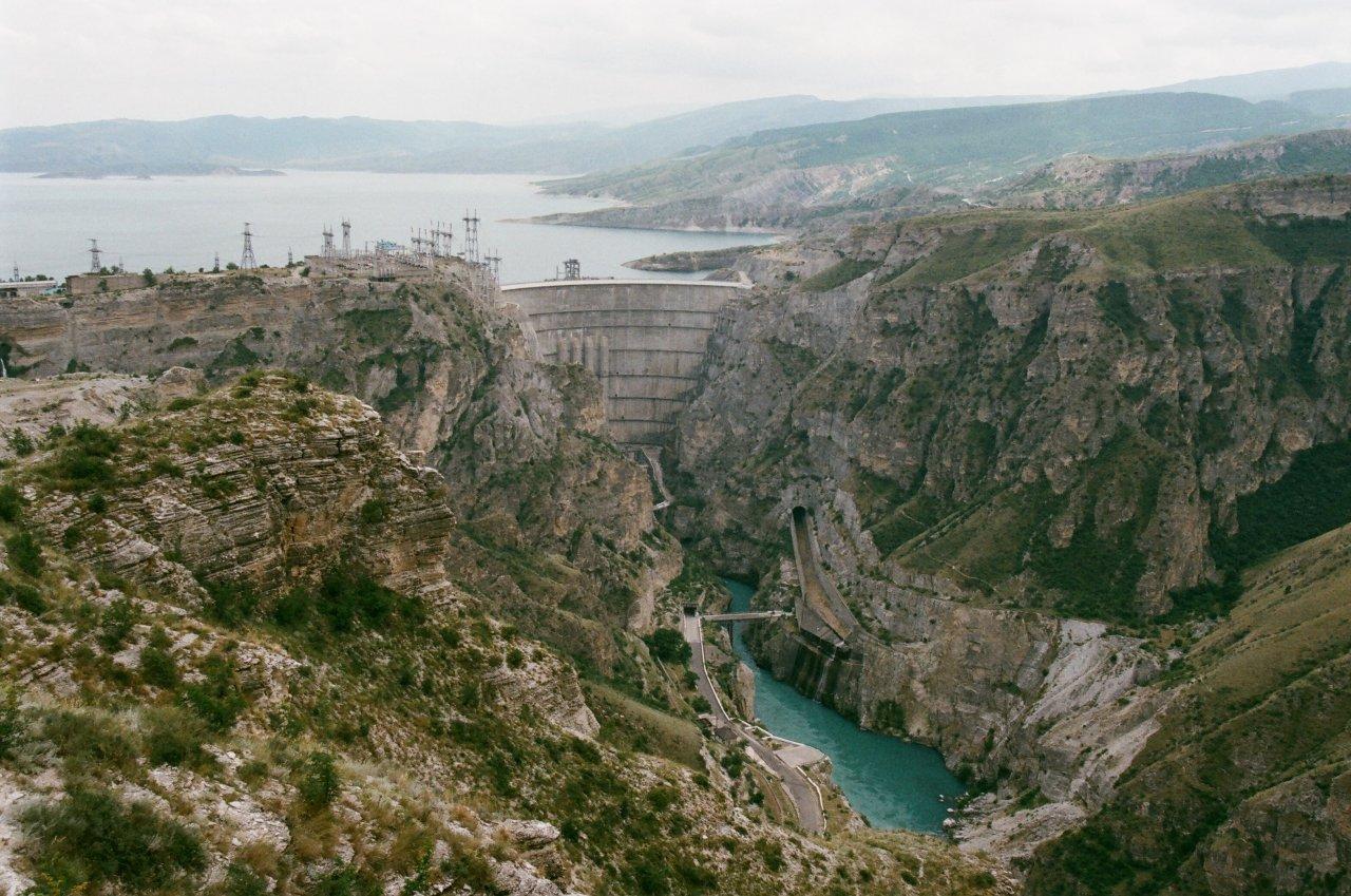 Плотина Чиркейской ГЭС. Она была запущена в 1975 году
