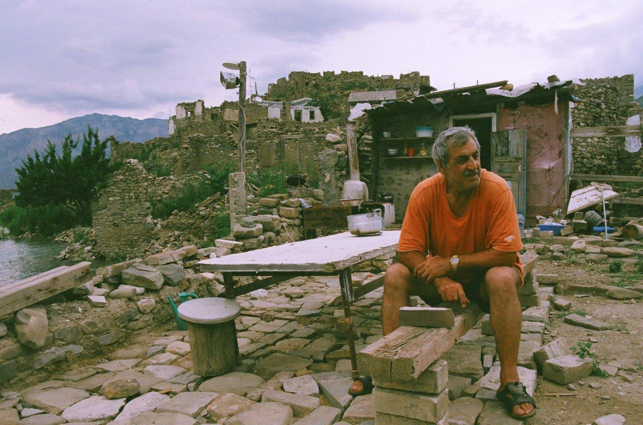 Захария после постройки Ирганайской ГЭС и затопления Ирганая, переселился в Новый Ирганай, но летм часто живёт в доме, построенном среди руин старого аула, и рыбачит
