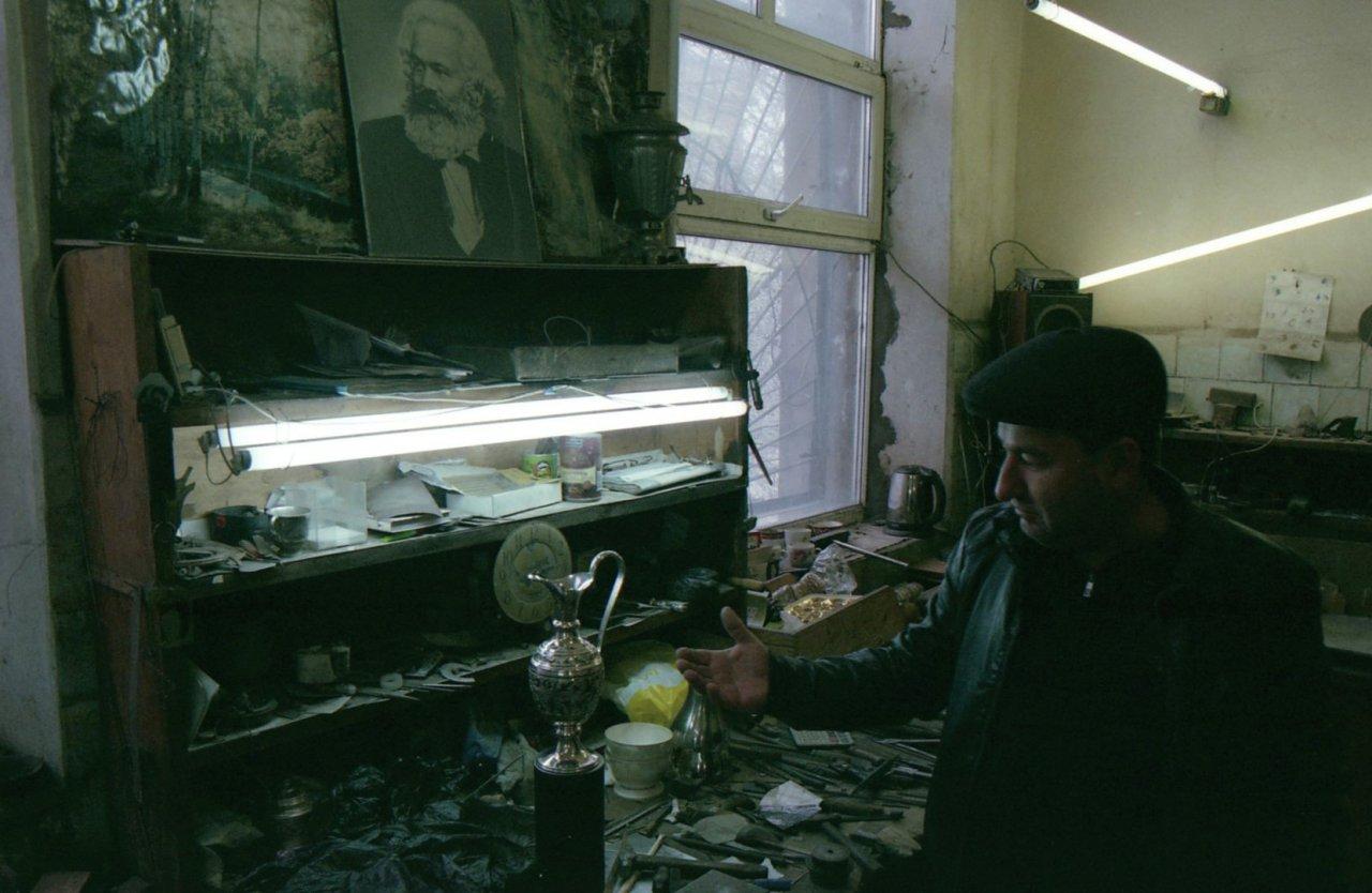 Мастерская кубачинского художественного комбината серебряных изделий. В советское время кубачинцы изготовляли подарки Иосифу Сталину, представляли ССР на выставках за границей и были знамениты своим промыслом. Для них и сегодня ремесло является частью сельской идентичности и важным источником дохода