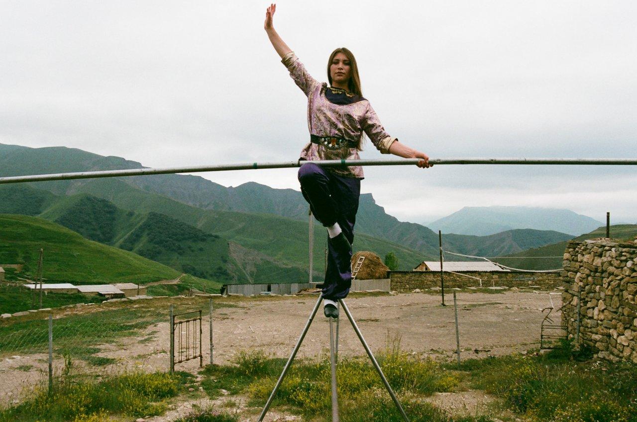 Зумруд — дочь директора школы канатоходцев в селении Цовкра. Цовкринцы часто выступали на свадьбах, праздниках или ярмарках. В советский период многие из канатоходцев стали артистами цирков
