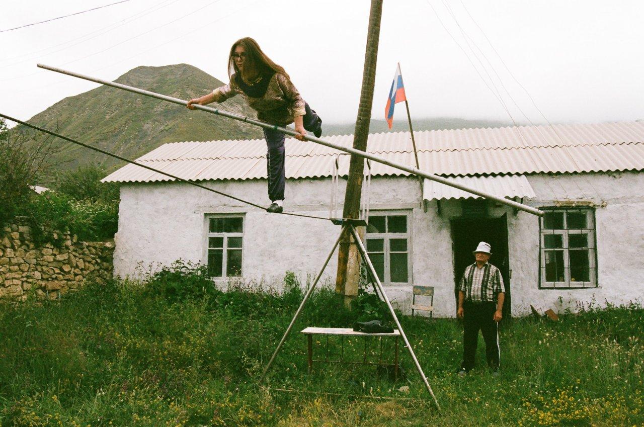 Зумруд и её тренер перед зданием школы