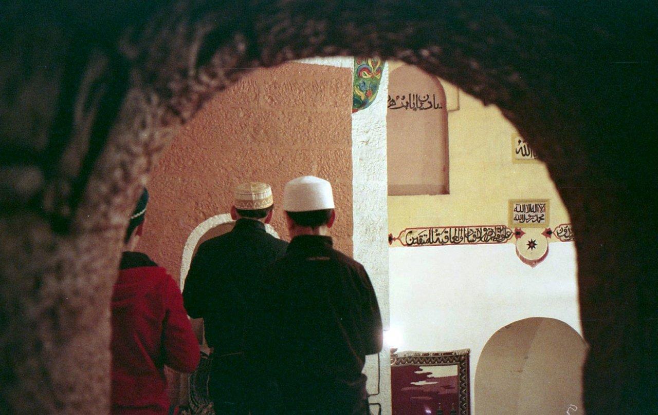 Дети на молитве в джума-мечети Кумуха