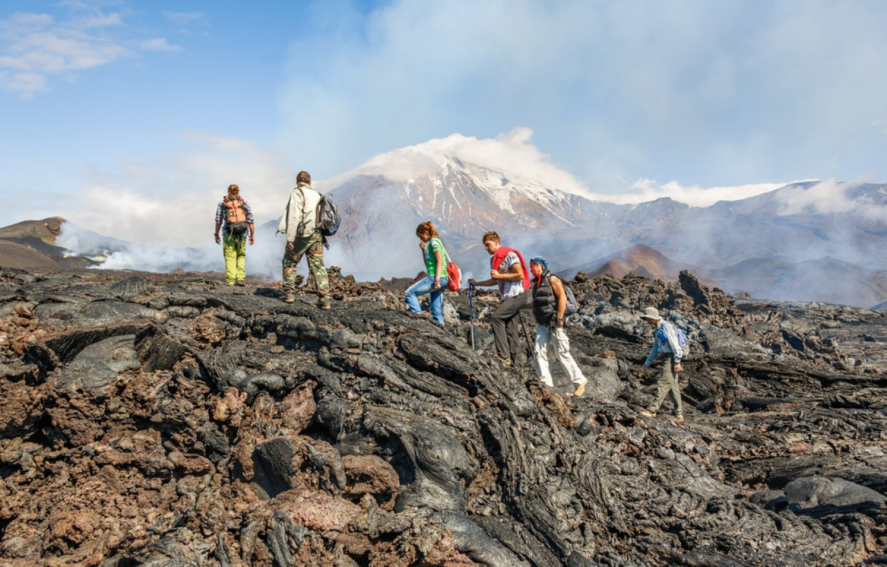 Туристы на прогулке по склонам вулкана Толбачик, Камчатка. Фото: Вадим Петраков / Shutterstock