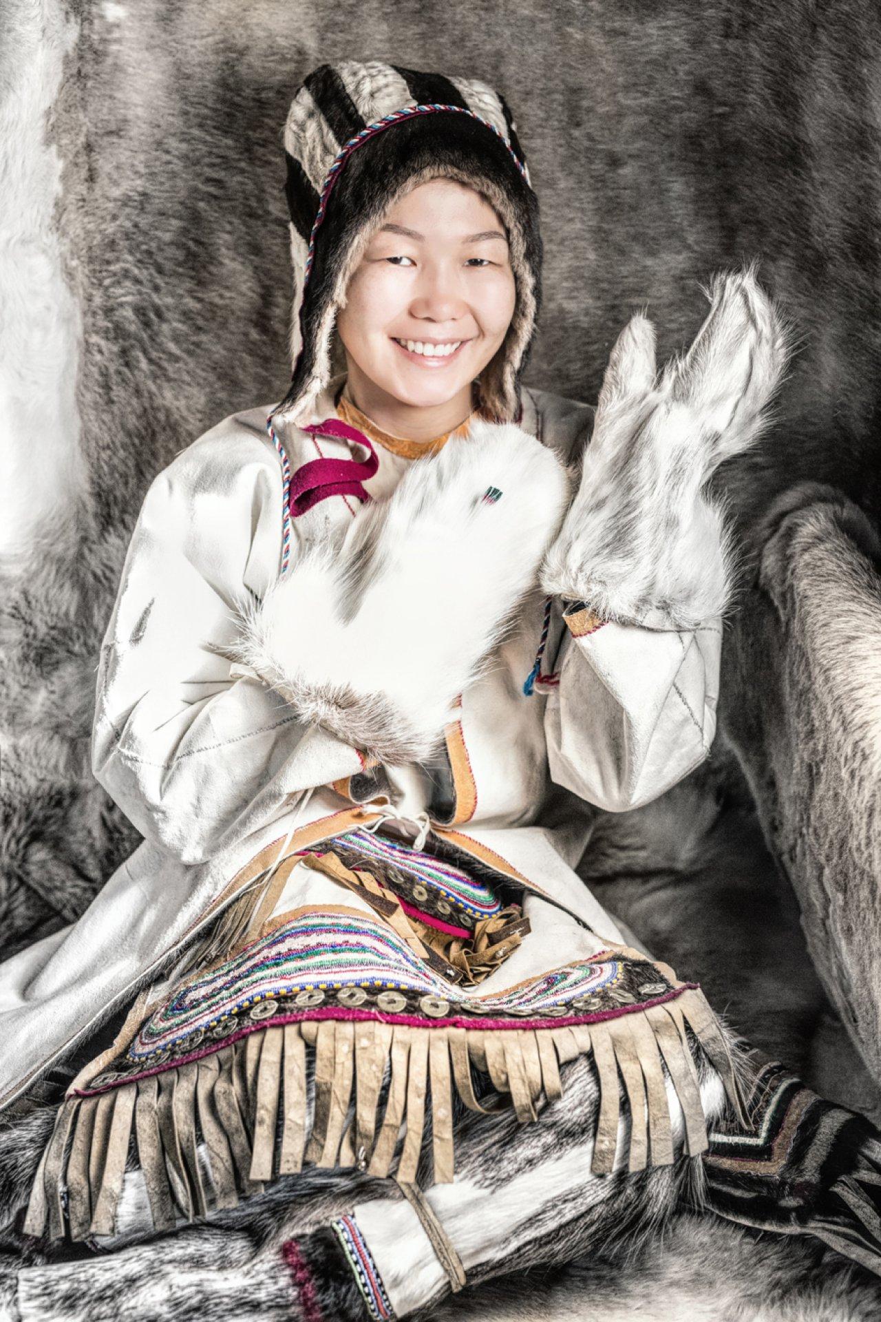 Представительница малочисленного народа юкагир. Добраться до труднодоступной местности, где они проживают, можно на самолёте, а затем на вертолёте. Фото: © Alexander Khimushin / The World In Faces