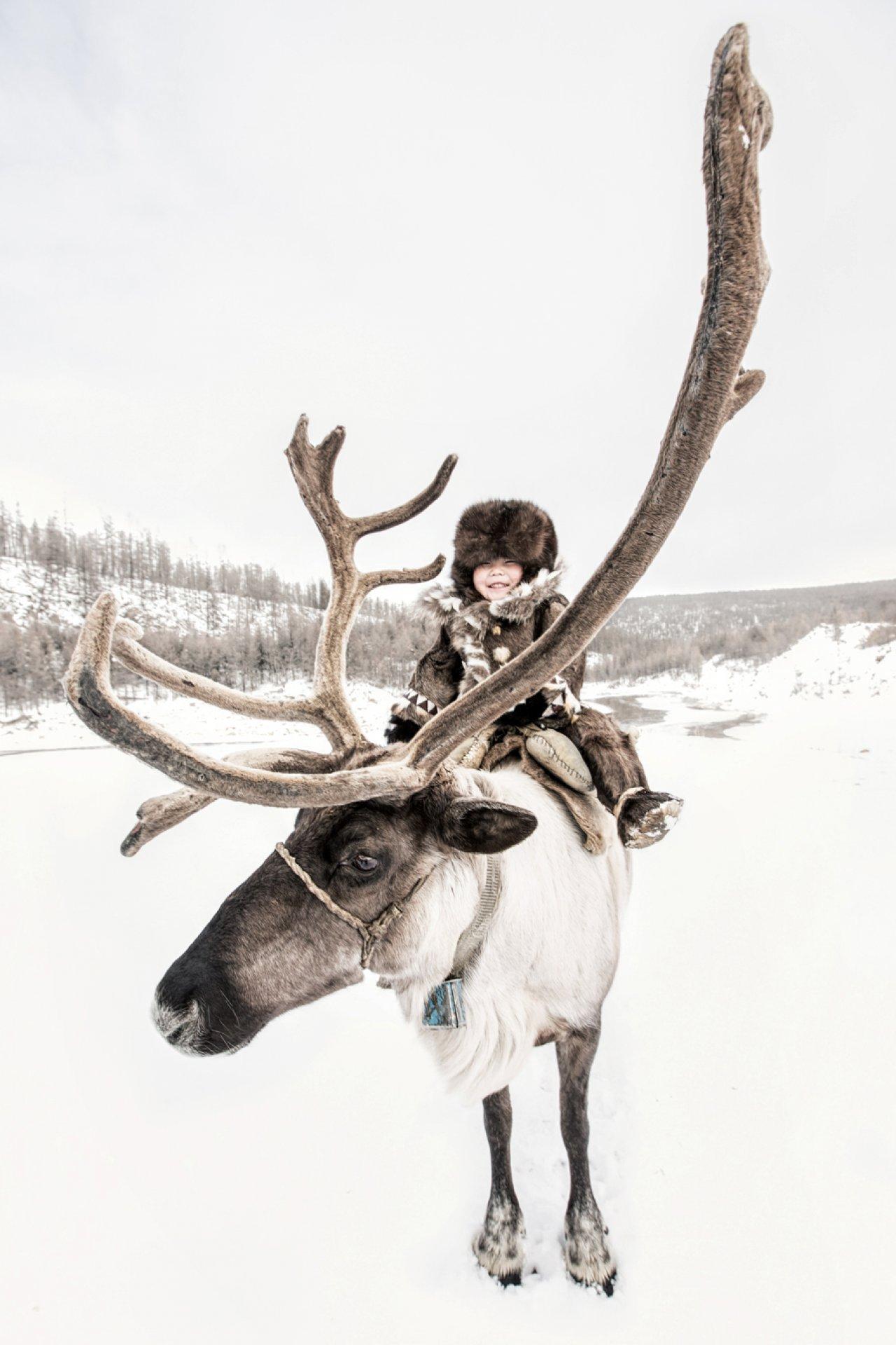Юный эвенкийский оленевод на берегу реки Тимптон в Якутии, Амурская область, Сибирь. Фото: © Alexander Khimushin / The World In Faces