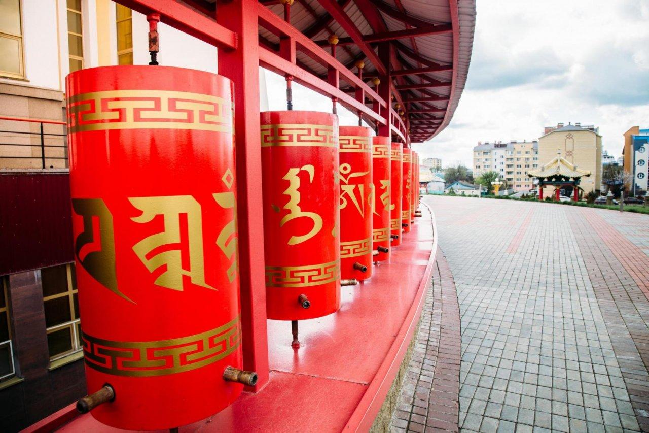 Молитвенные барабаны, дацан «Золотая обитель Будды Шакьямуни» вЭлисте. Фото: Vladimir Mulder / Shutterstock