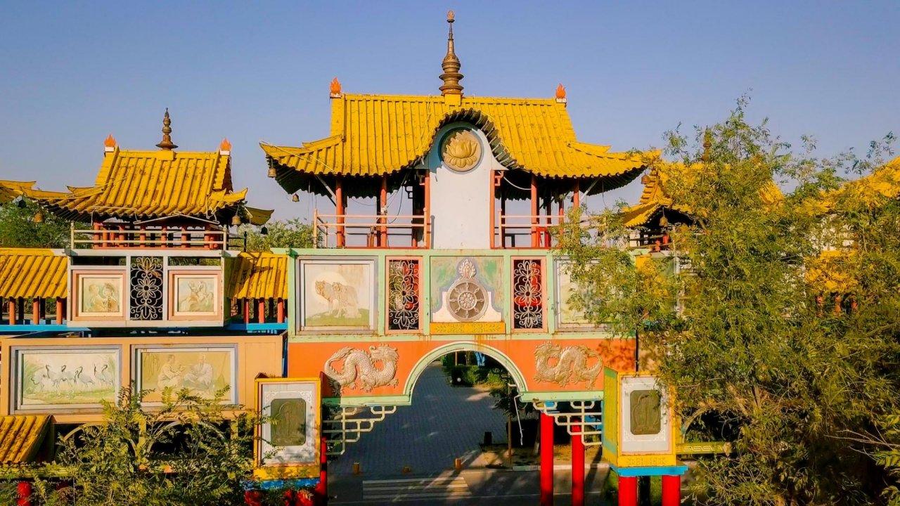 Золотые ворота Алтн-Босх впарке Дружбы, Элиста. Фото: Maykova Galina / Shutterstock