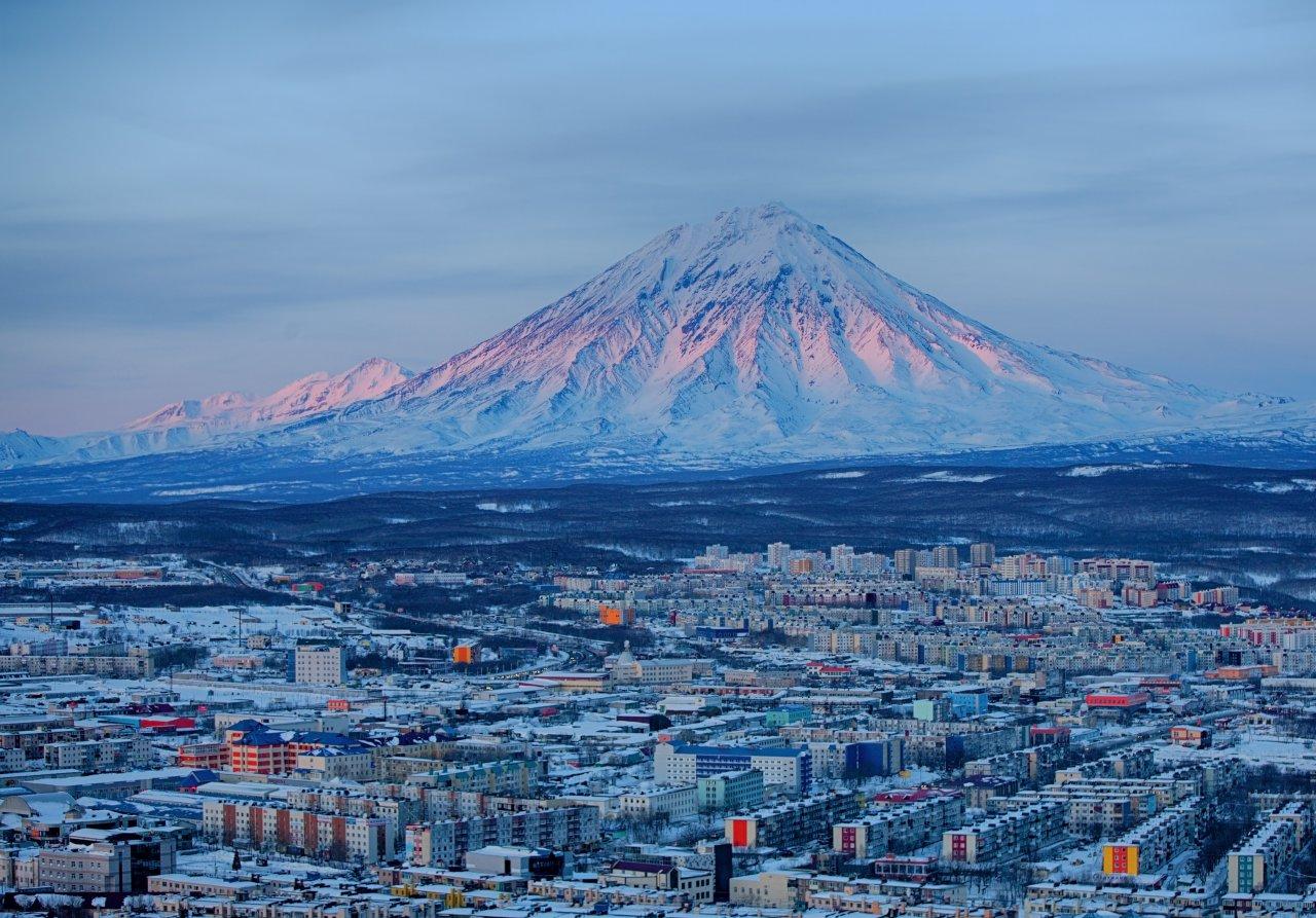 Панорама Петропавловска-Камчатского на рассвете. Фото: Bborriss.67/Shutterstock