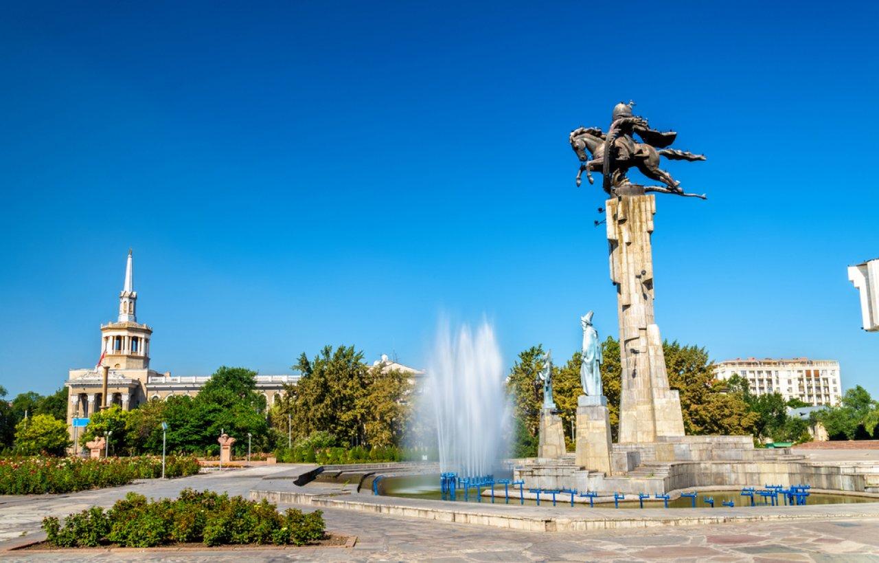 Памятник Манасу Великодушному в Бишкеке. «Манас» — крупнейший киргизский эпос, включённый в список шедевров нематериального культурного наследия человечества ЮНЕСКО, а также в Книгу рекордов Гиннеса как самый объёмный эпос в мире