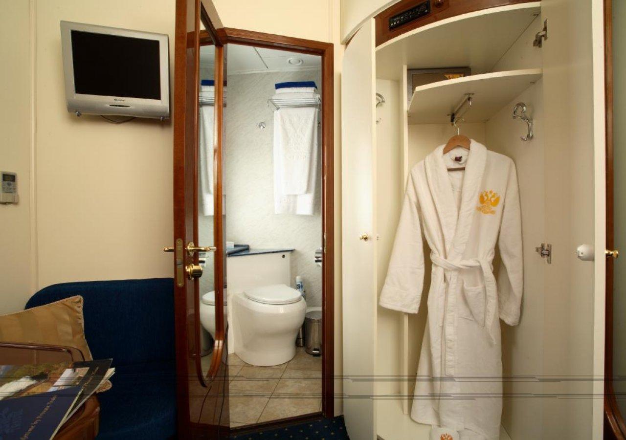 Купе с отдельной ванной комнатой в поезде «Золотой орёл»