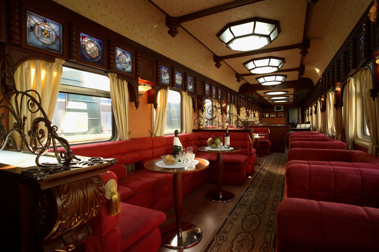 Интерьеры ресторана в поезде «Золотой орёл»